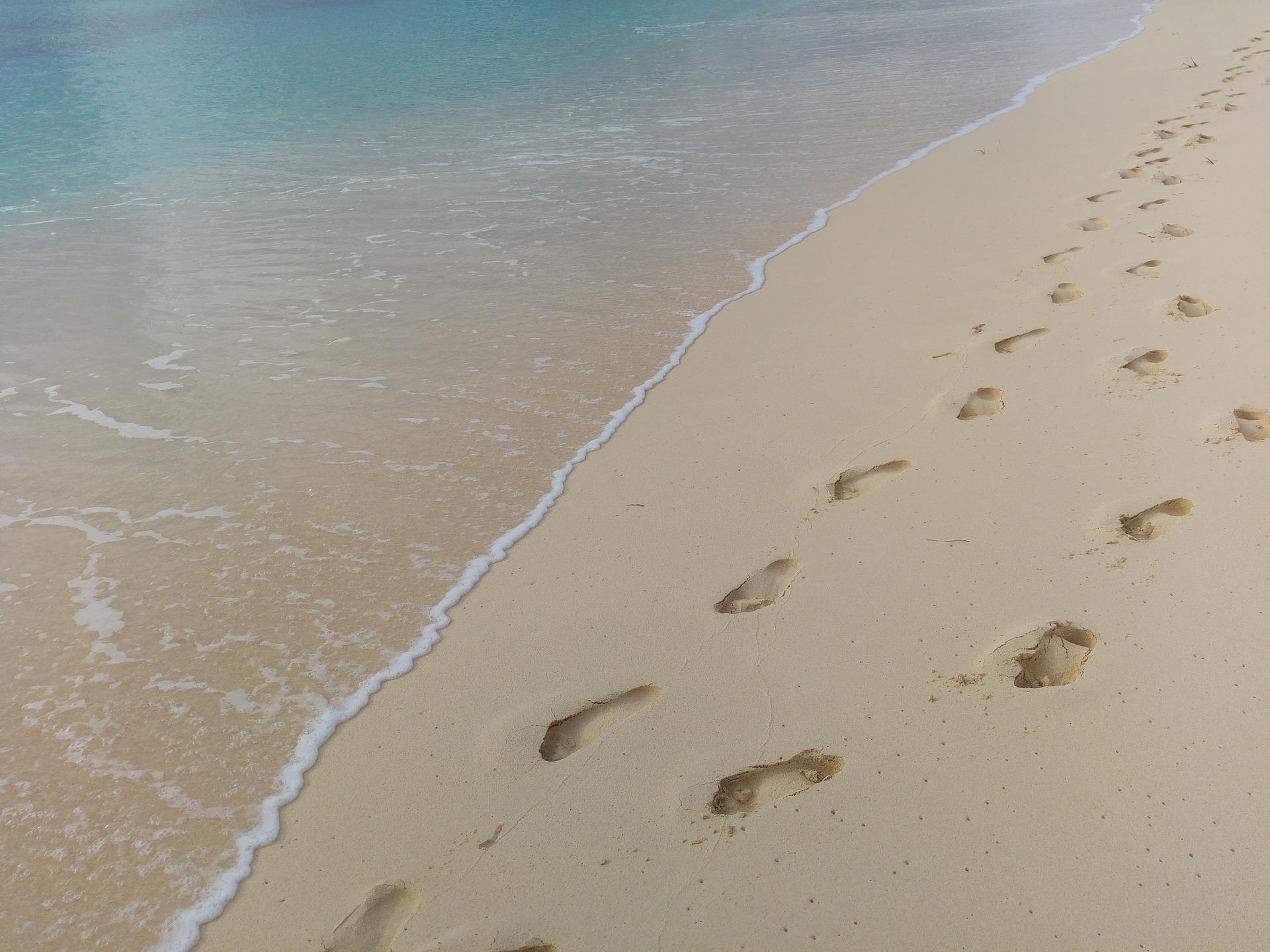 footprints-1145883_1920