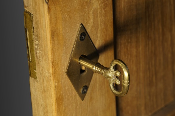 close wooden door key-3083812_1920